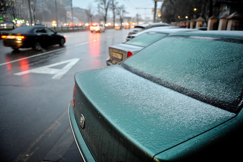 Водителей Москвы призвали соблюдать осторожность из-за мокрого снега
