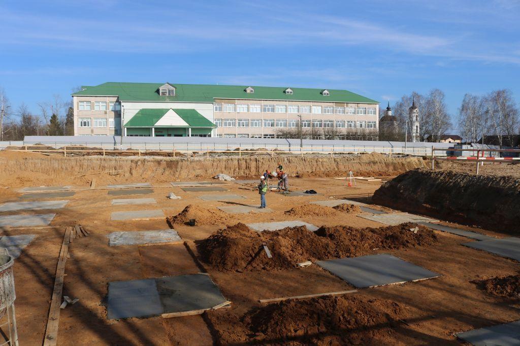 Строительство нового корпуса школы №2073 на 350 мест возобновили в Кленове