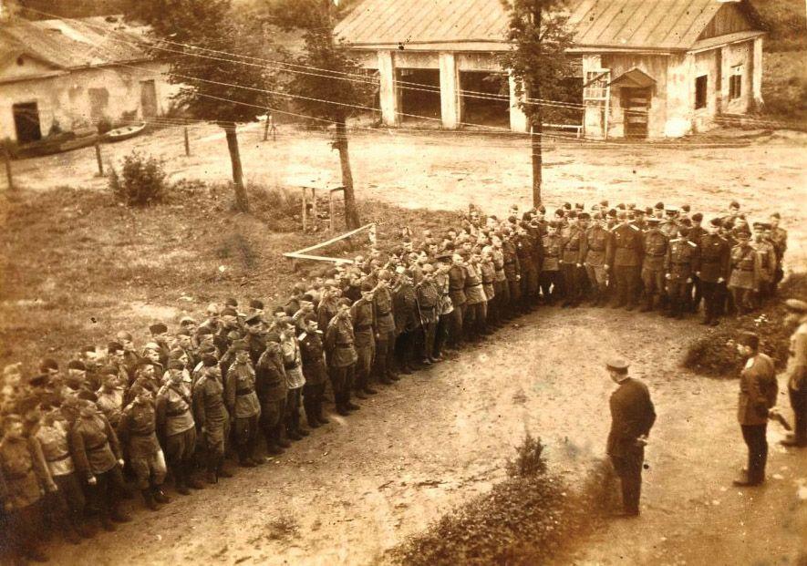 Военные летчики и самолет в Рязановском. Фото: пресс-служба музея-усадьбы «Остафьево»