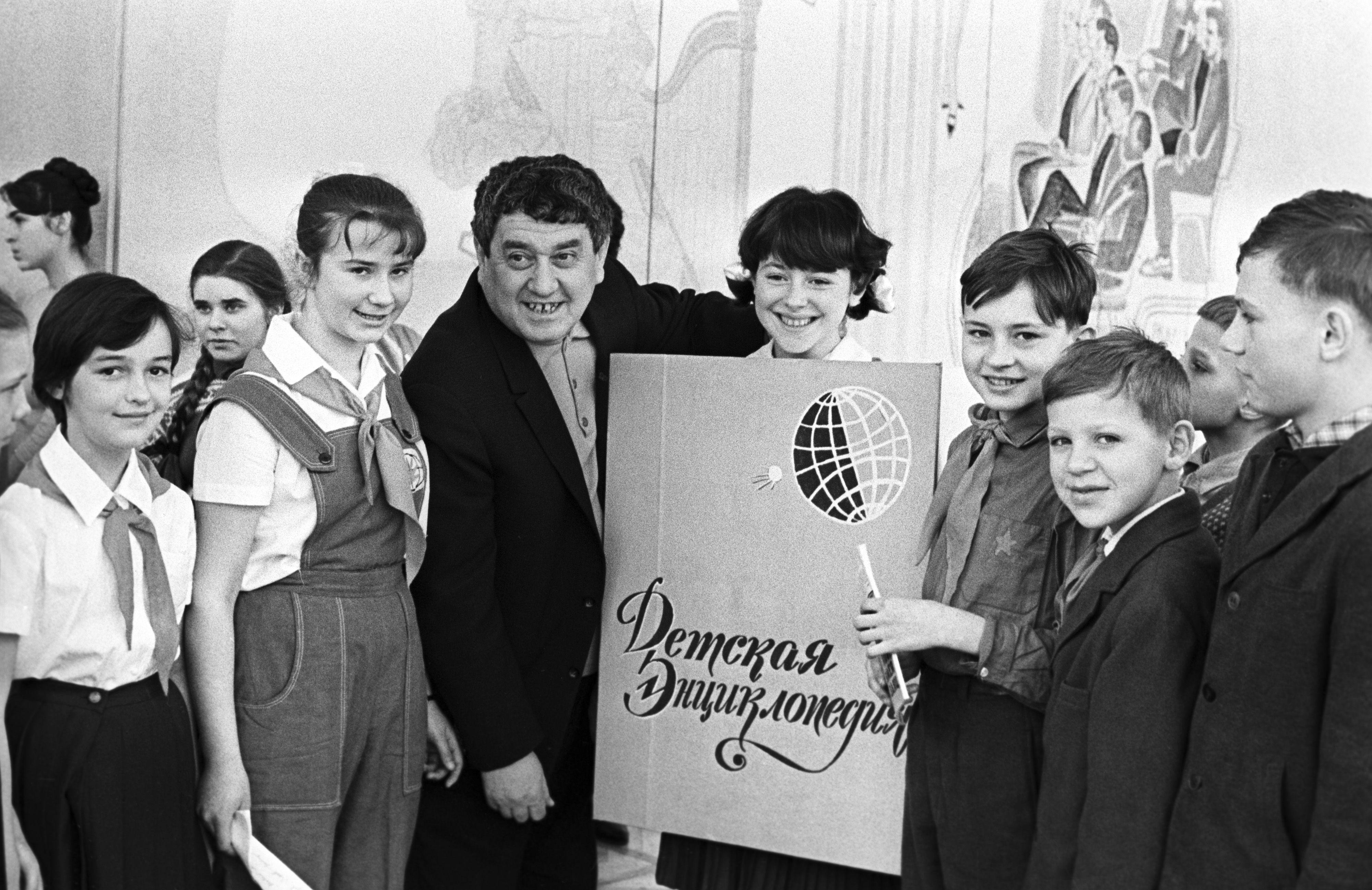 24 февраля 1967 года. Москва. Виктор Драгунский с читателями. Фото: Виктор Будан/ТАСС