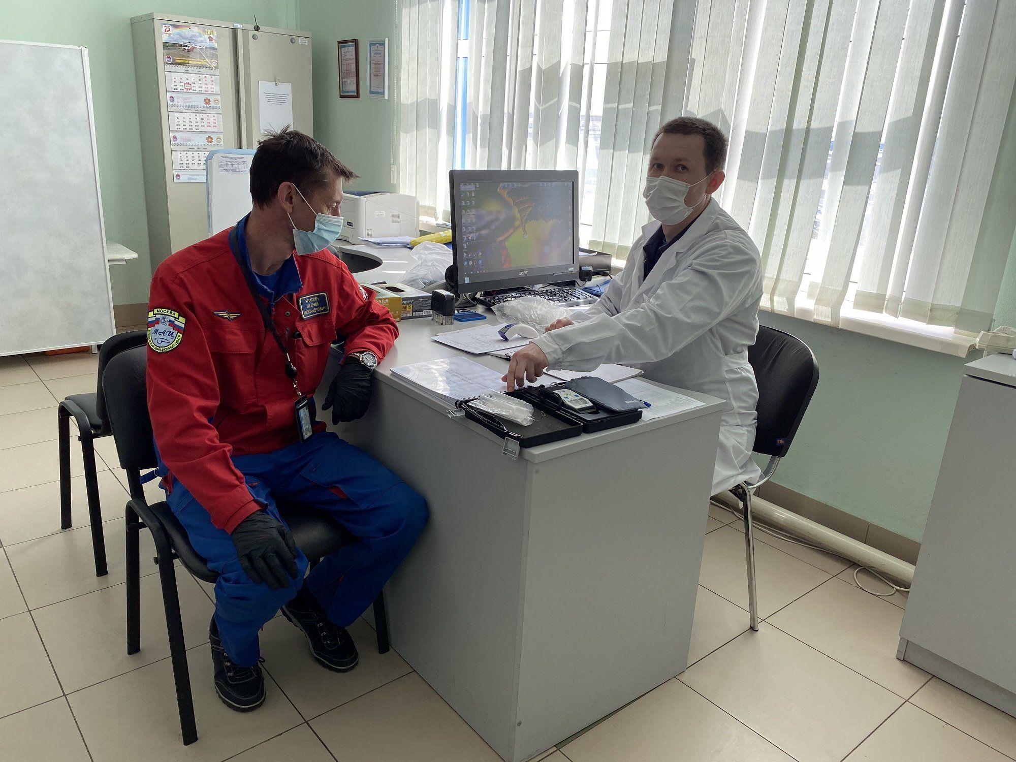 Врачи Московского авиацентра принимают поздравления к Дню медработника