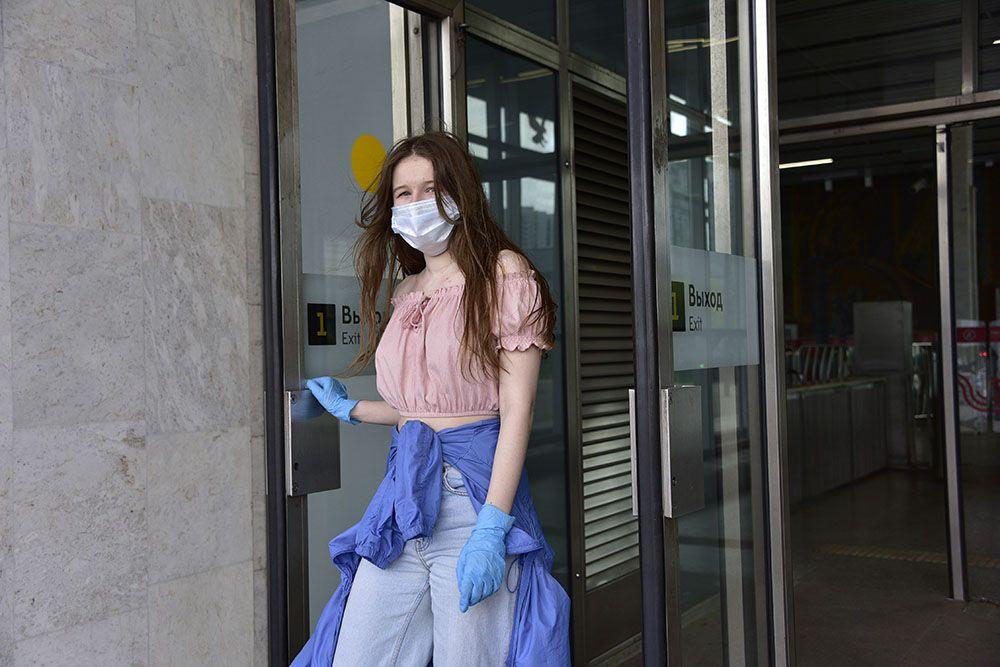Москвичам посоветовали менять маски каждые полчаса в жару