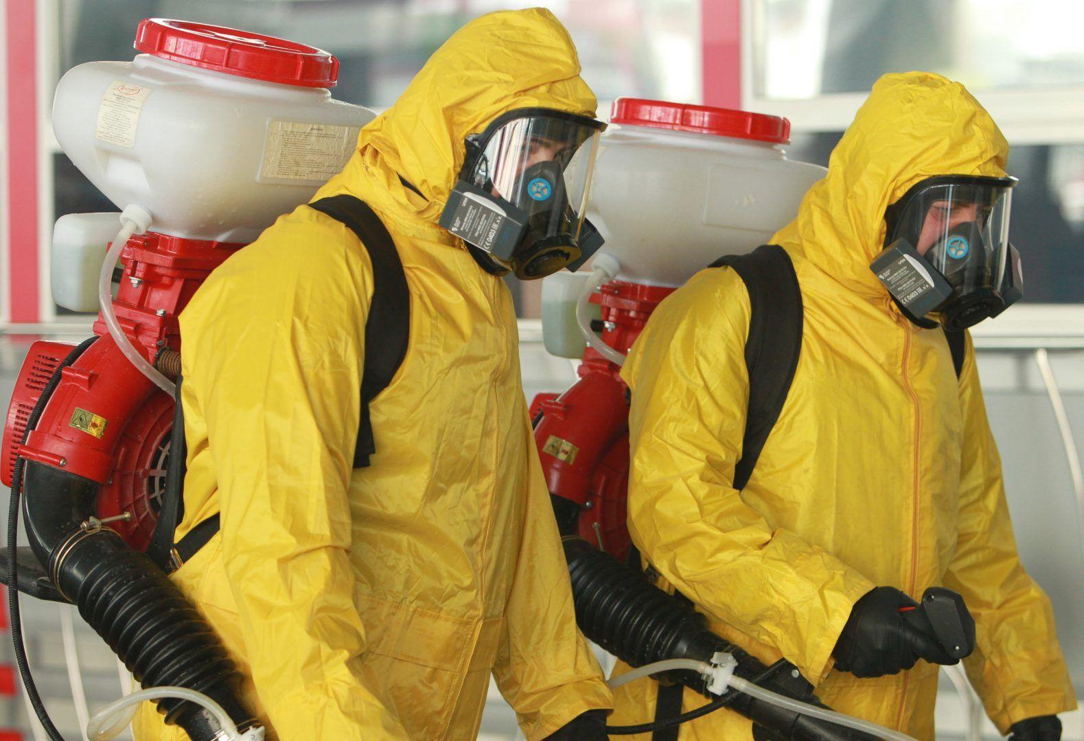Для обработки сотрудники использовали бензиновые распылители. Фото: Наталия Нечаева, «Вечерняя Москва»