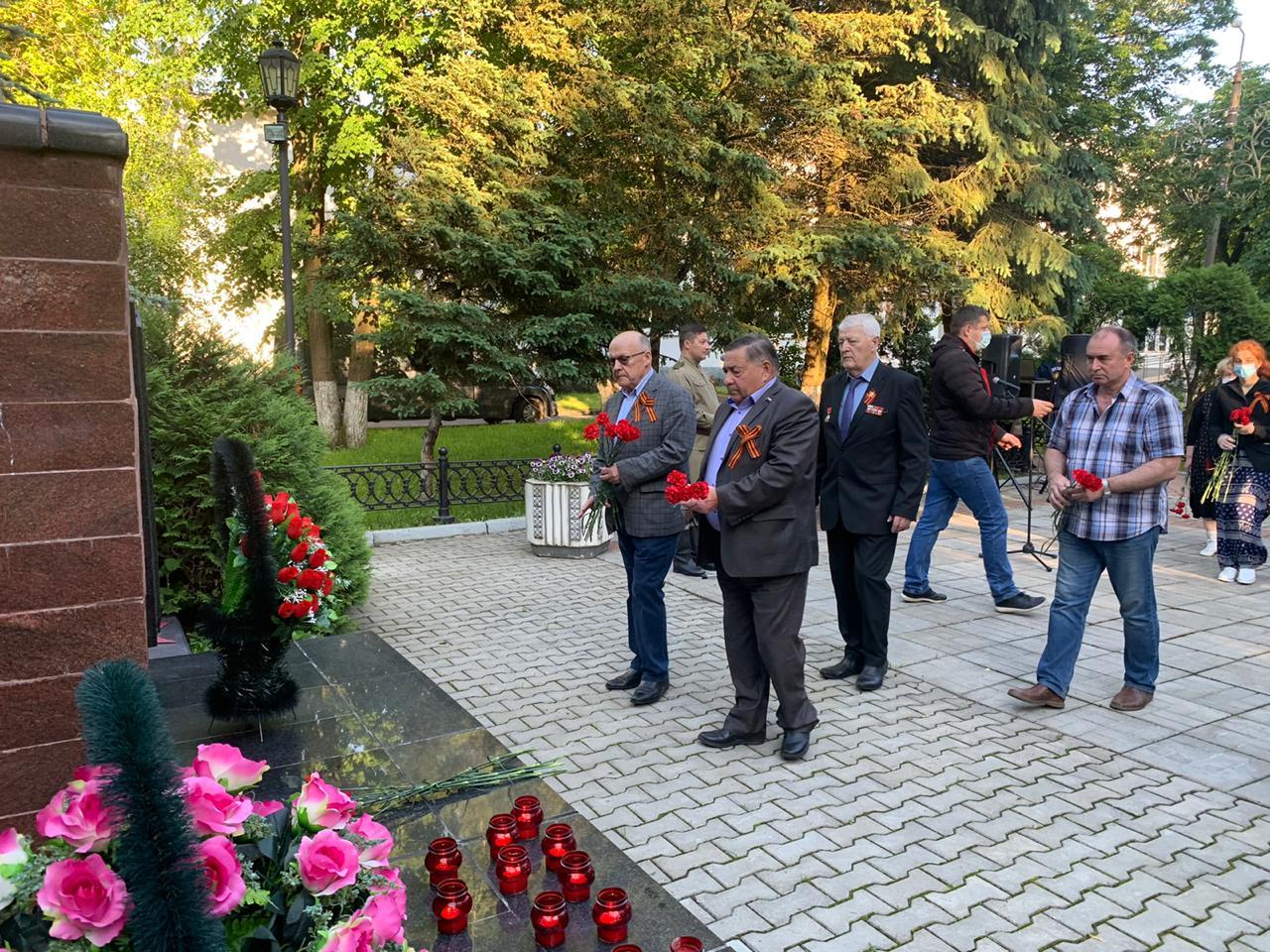 Торжественное возложение цветов к памятнику героям войны состоялось в Десеновском