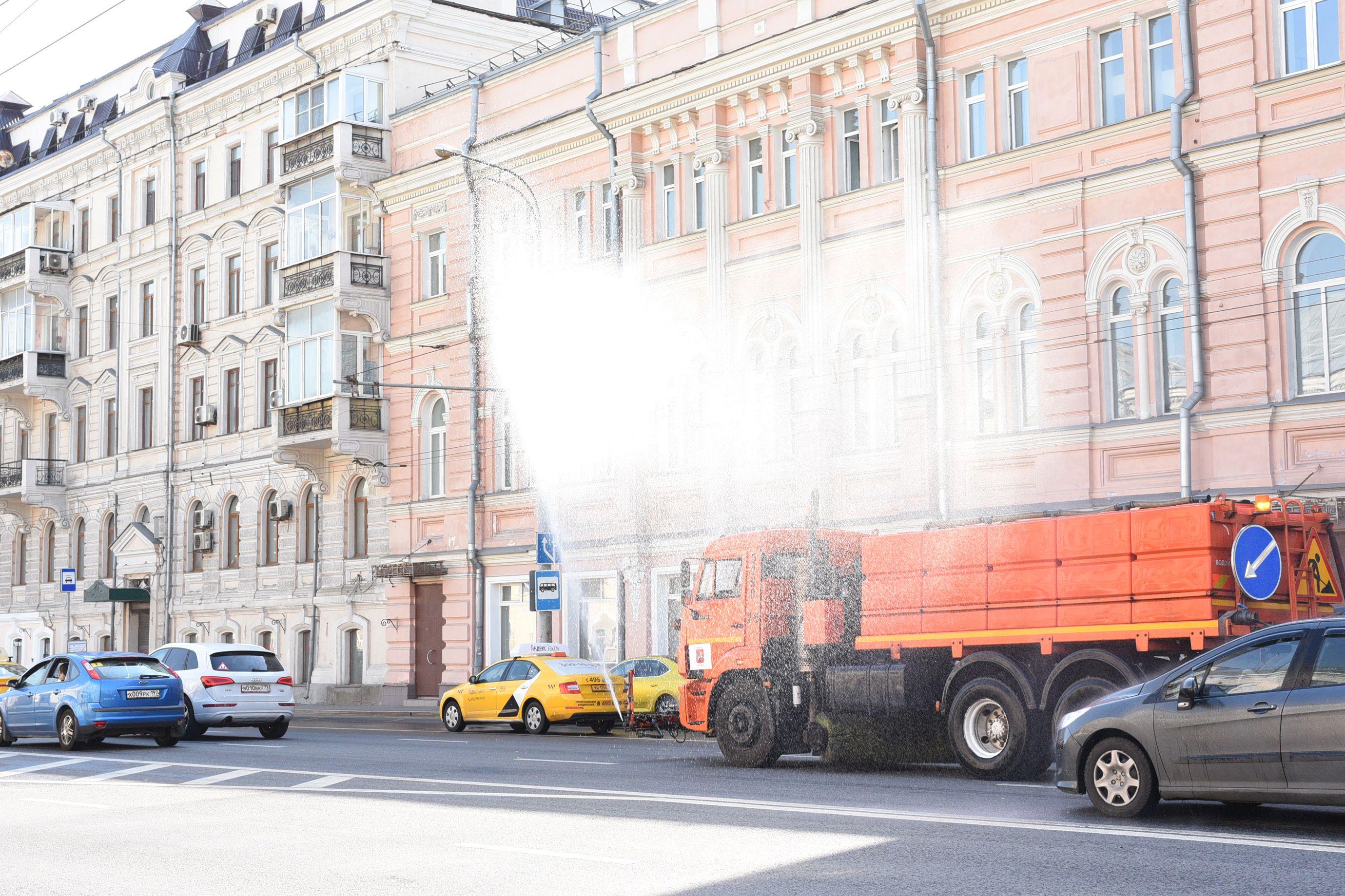 Московские дороги поливают каждые три часа из-за жары
