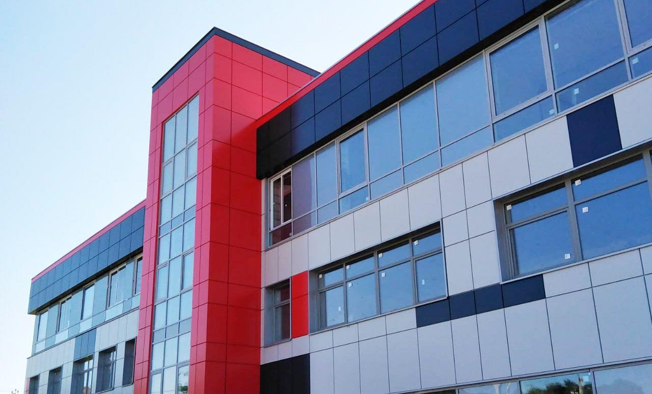 Заключительный этап облицовки фасада пожарного депо начали в Рязановском