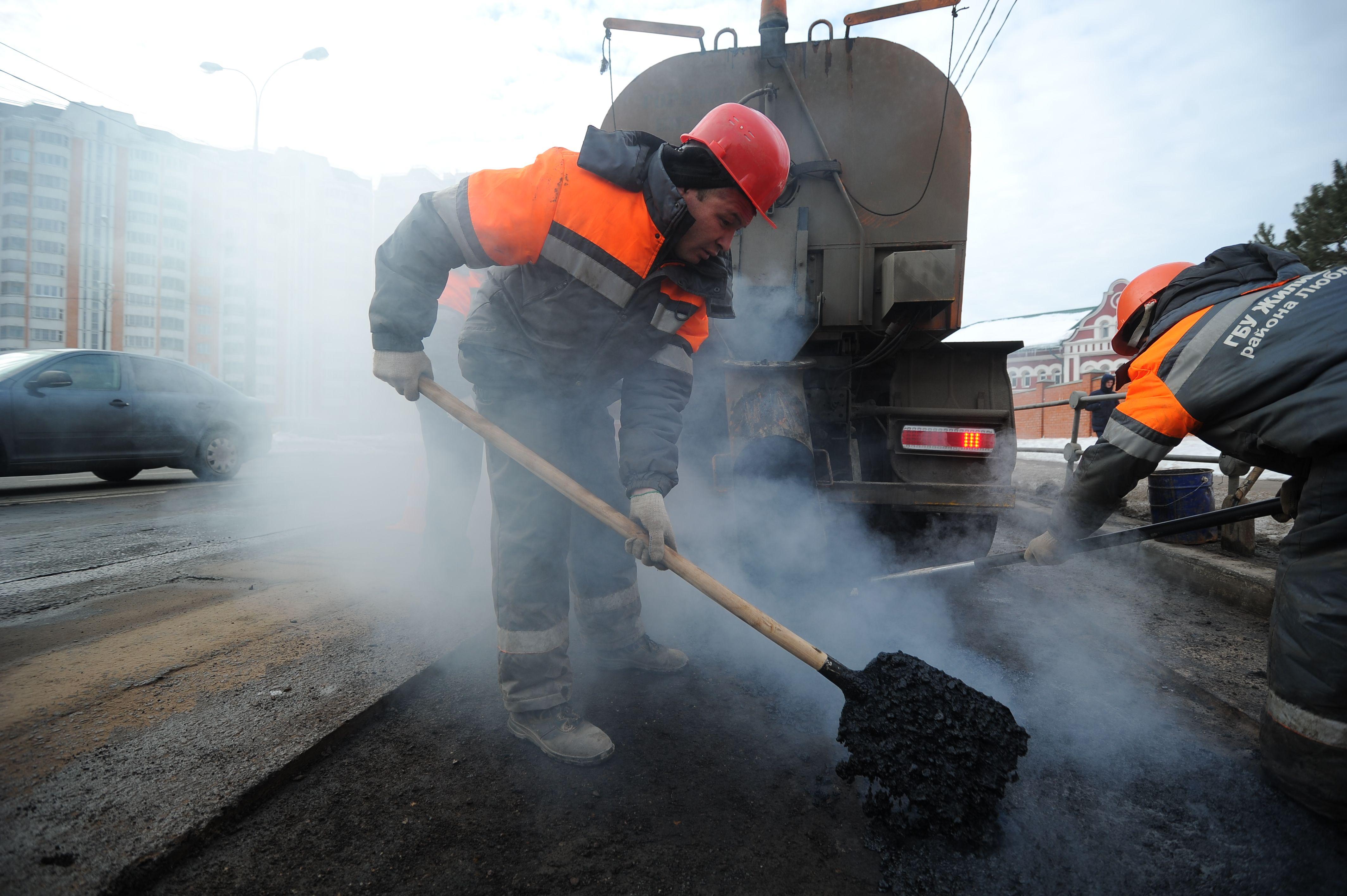 В работе задействовали две бригады сотрудников подрядных организаций. Фото: Светлана Колоскова, «Вечерняя Москва»