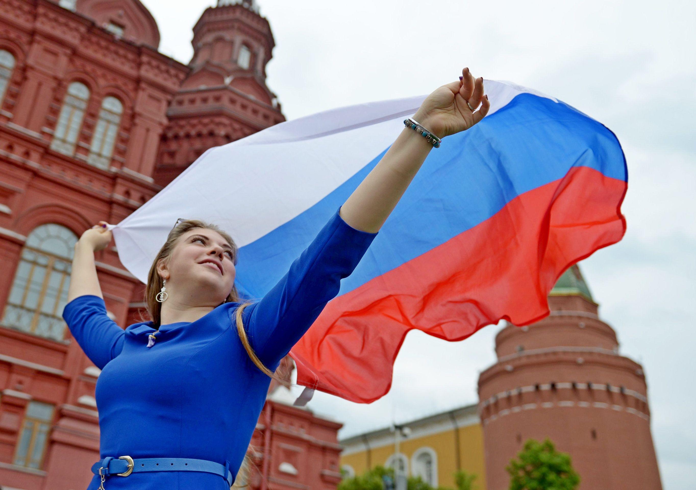 Праздничные плакаты украсили Москву ко Дню России