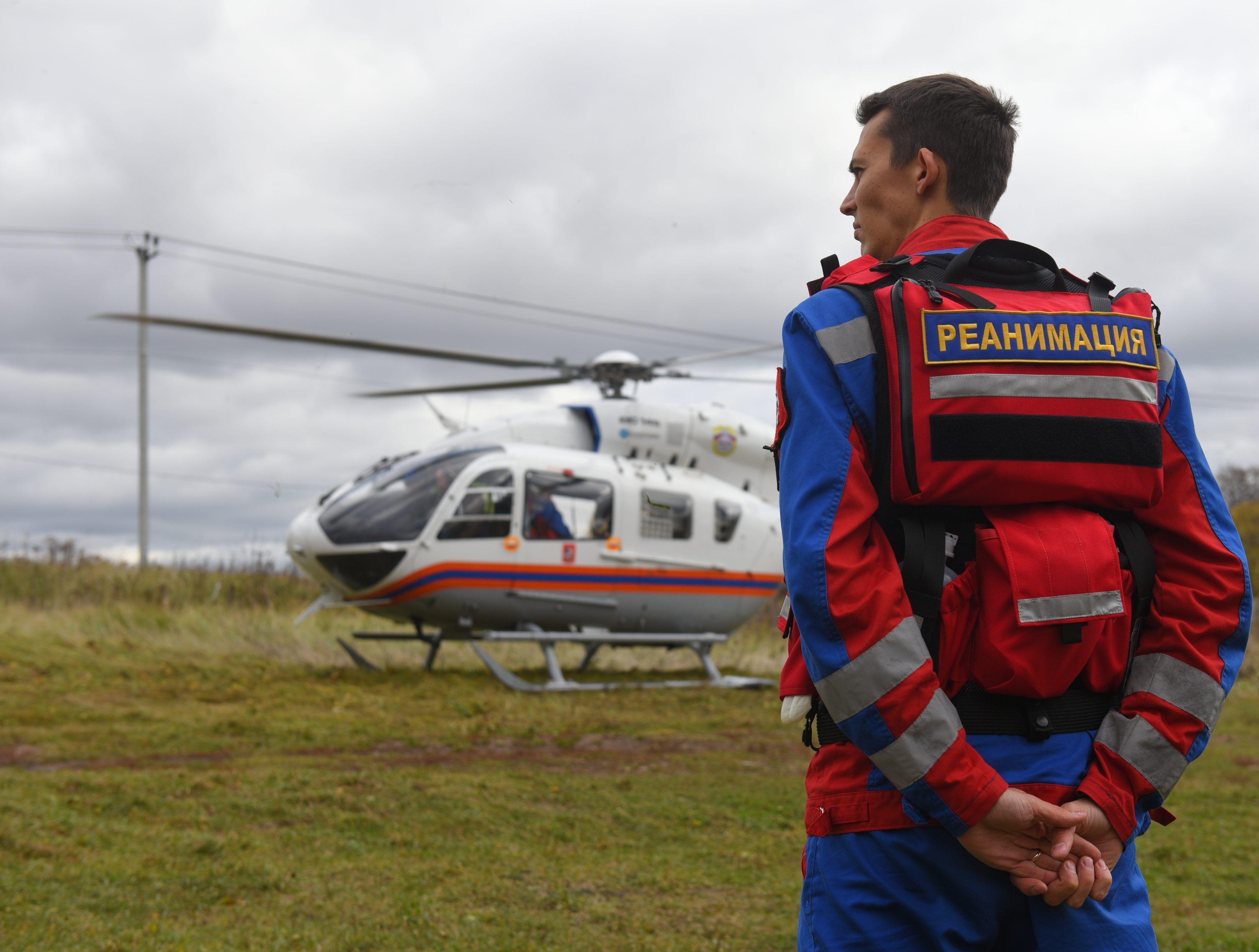 Экипаж дежурного санитарного вертолета экстренно вылетел в поселок Рогово