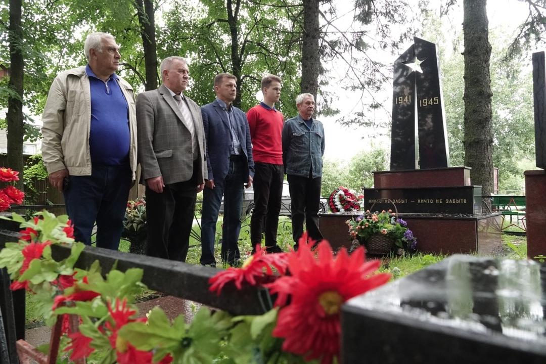 Территорию возле памятника героям войны привели в порядок активисты из Московского