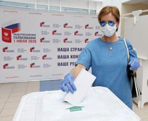 29 июня 2020 года. Троицк. Лада Колосова пришла проголосовать после обеда, потому что в это время ей было удобнее. Фото: Владимир Смоляков