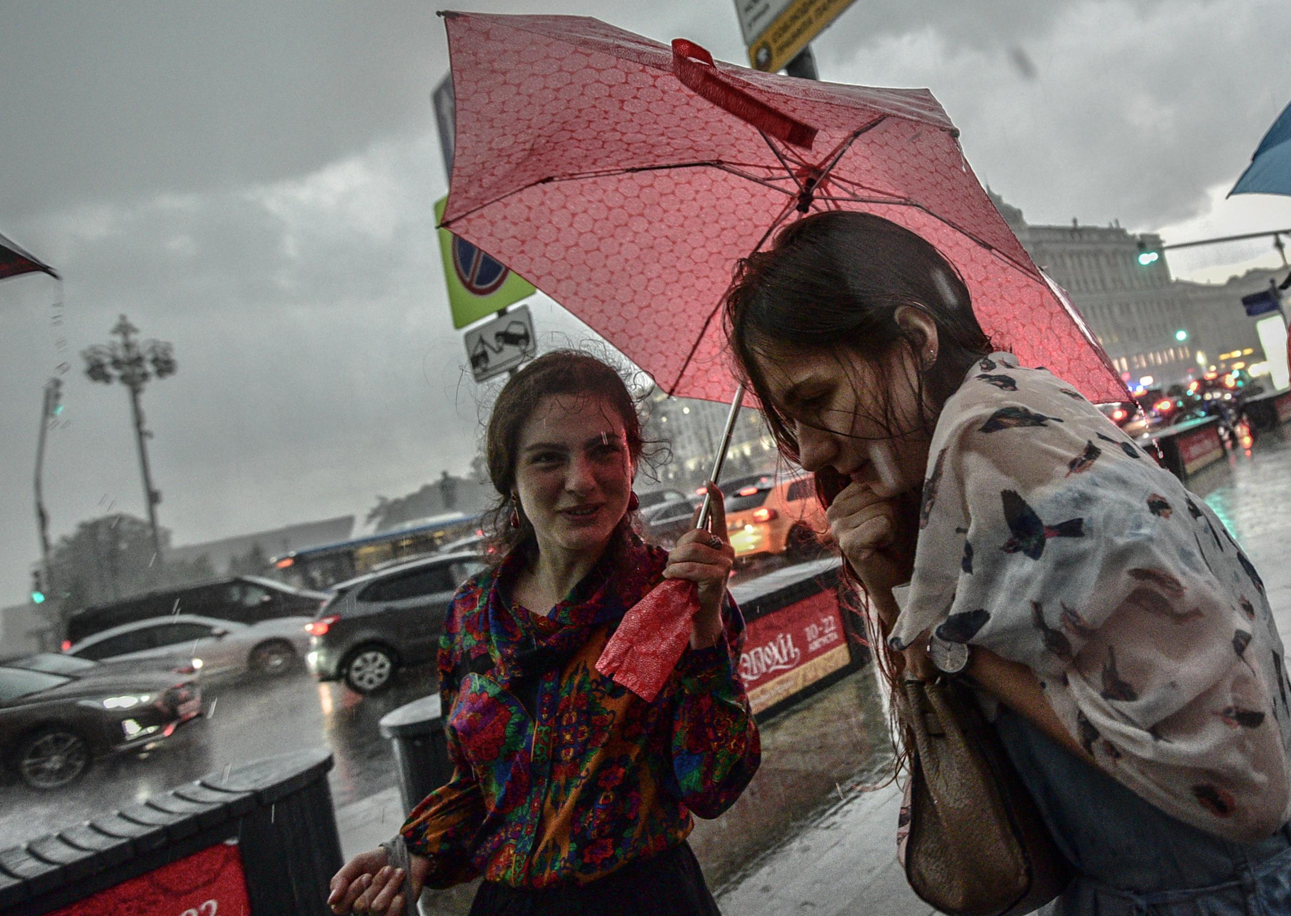 Жителей Москвы ждет жаркая и дождливая погода во вторник