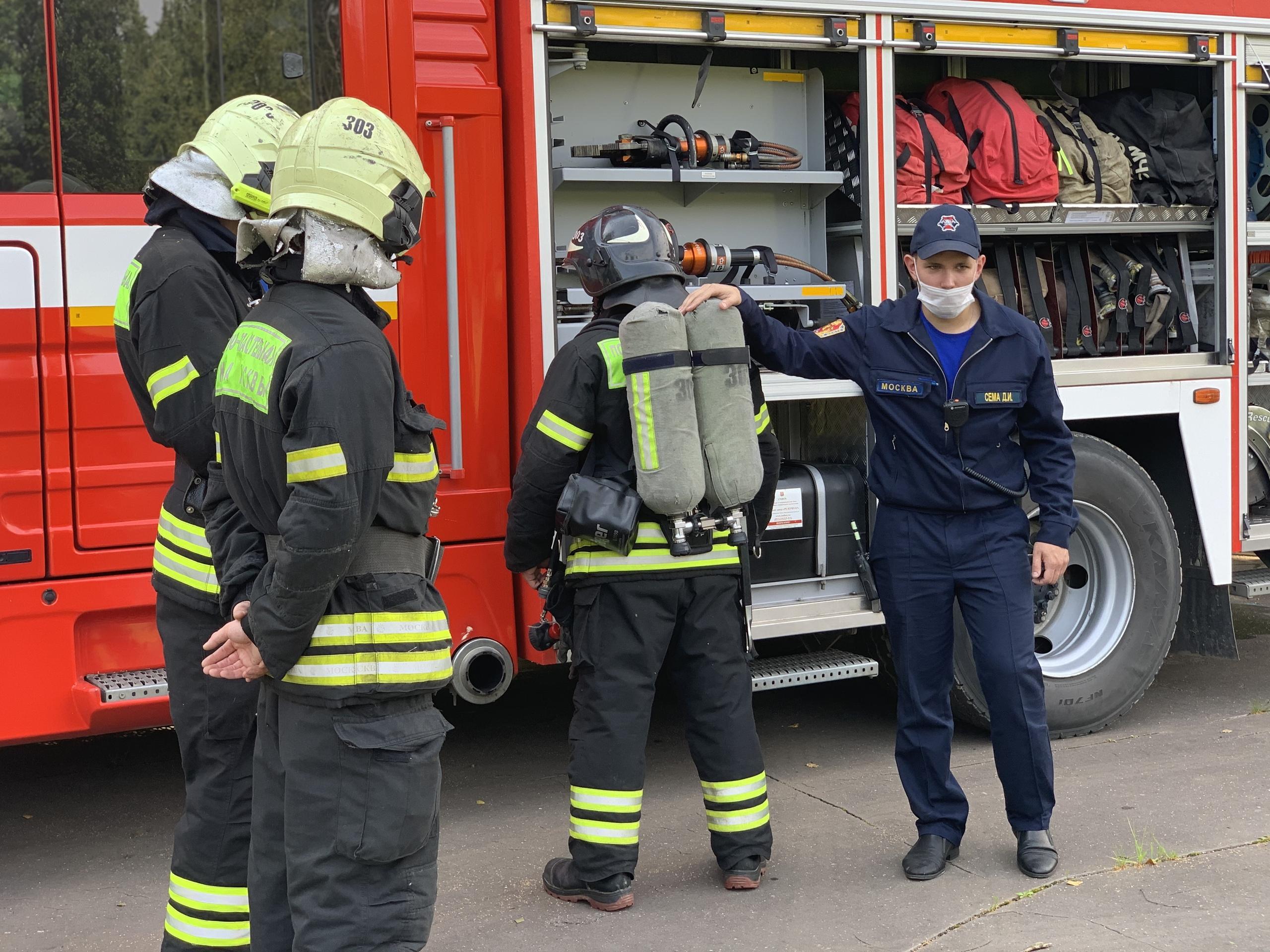Московские пожарные и спасатели рассказали школьникам о правилах безопасности во время летнего отдыха