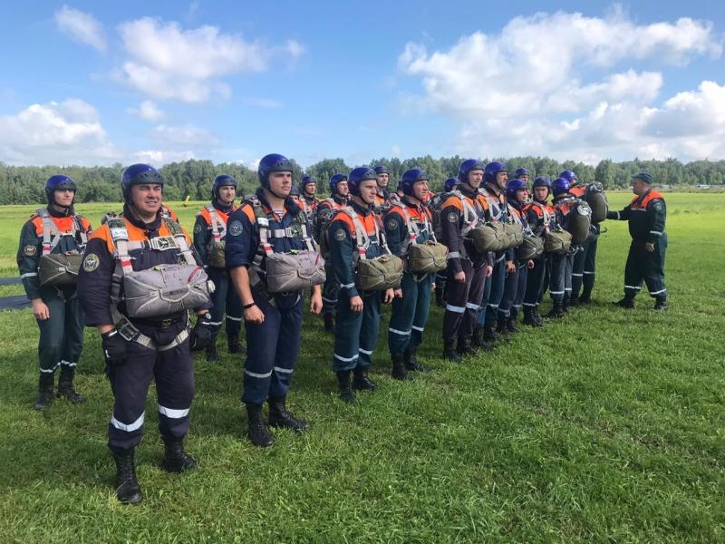 Сотрудники центра «Лидер» совершили 62 прыжка в честь Дня Воздушно-десантных войск