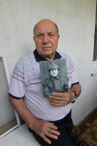 2 августа 2020 года. Подольск. Михаил Абрамов с портретом своего отца. Фото: Владимир Смоляков