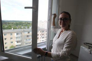 Москвичка Анна Зотова радуется виду из окна своей новой квартиры на седьмом этаже. Фото: Владимир Смоляков