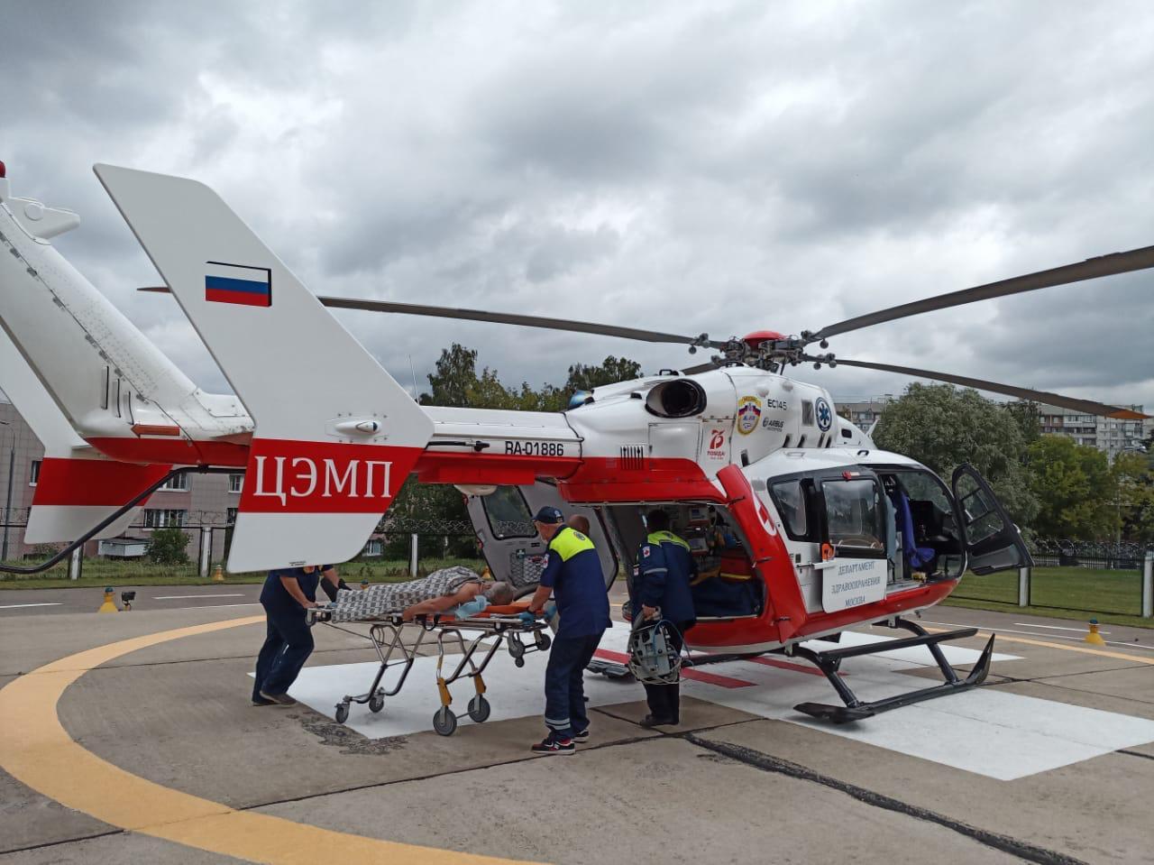 Пациента с инсультом экстренно эвакуировали сотрудники авиамедицинской бригады