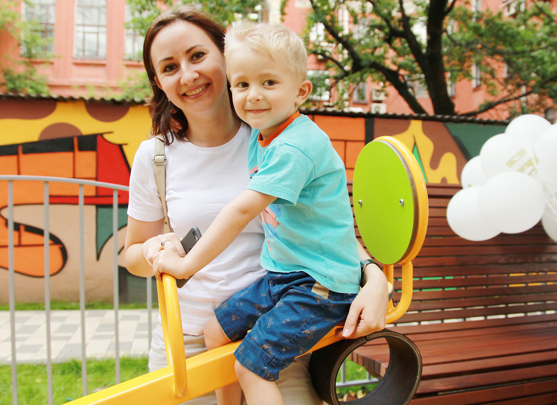 Игровой комплекс и современные качели оборудовали на детской площадке в Рязановском