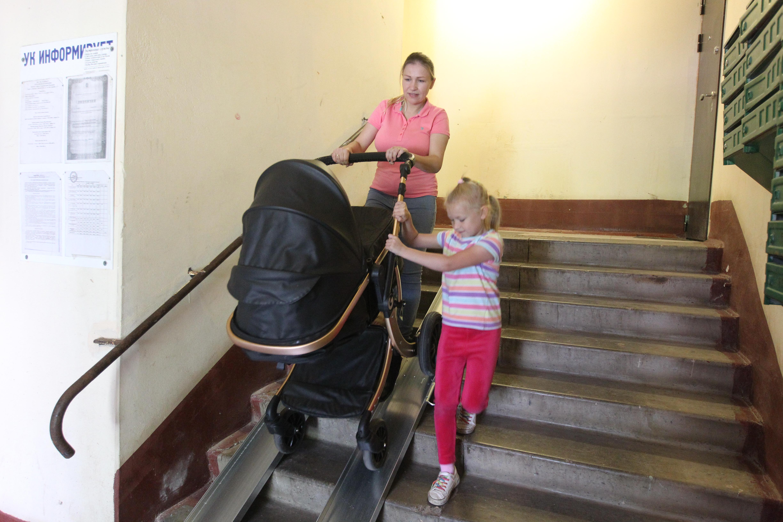 Теперь мамочкам с колясками проще выходить на улицу. Фото: Владимир Смоляков