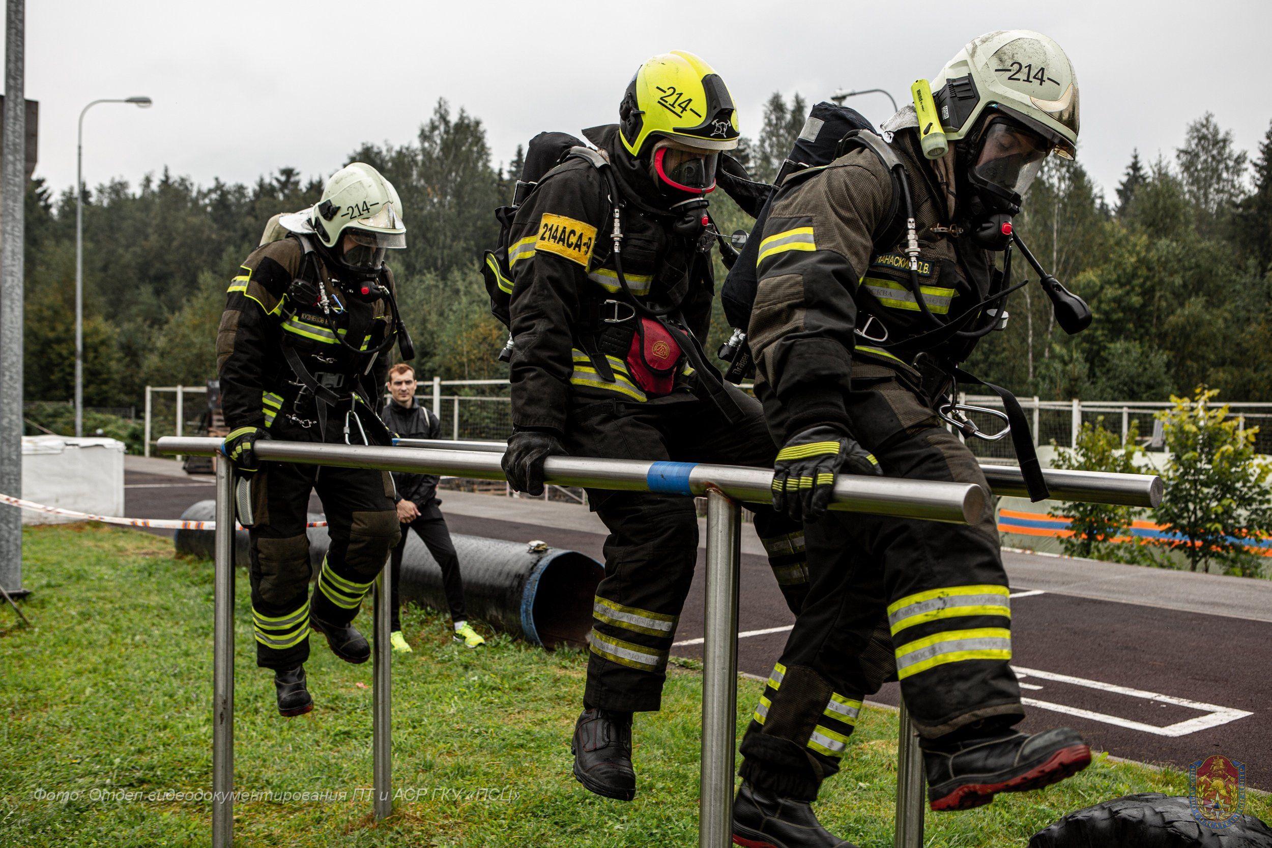 В Пожарно-спасательном центре определили лучших в спасении людей из задымленного помещения