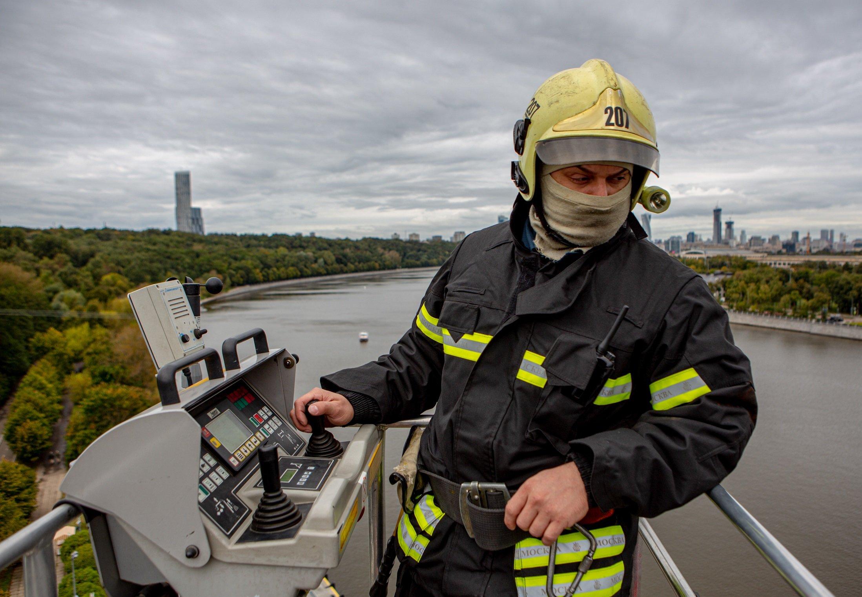 Московские спасатели приняли участие в тренировке на канатной дороге в Лужниках