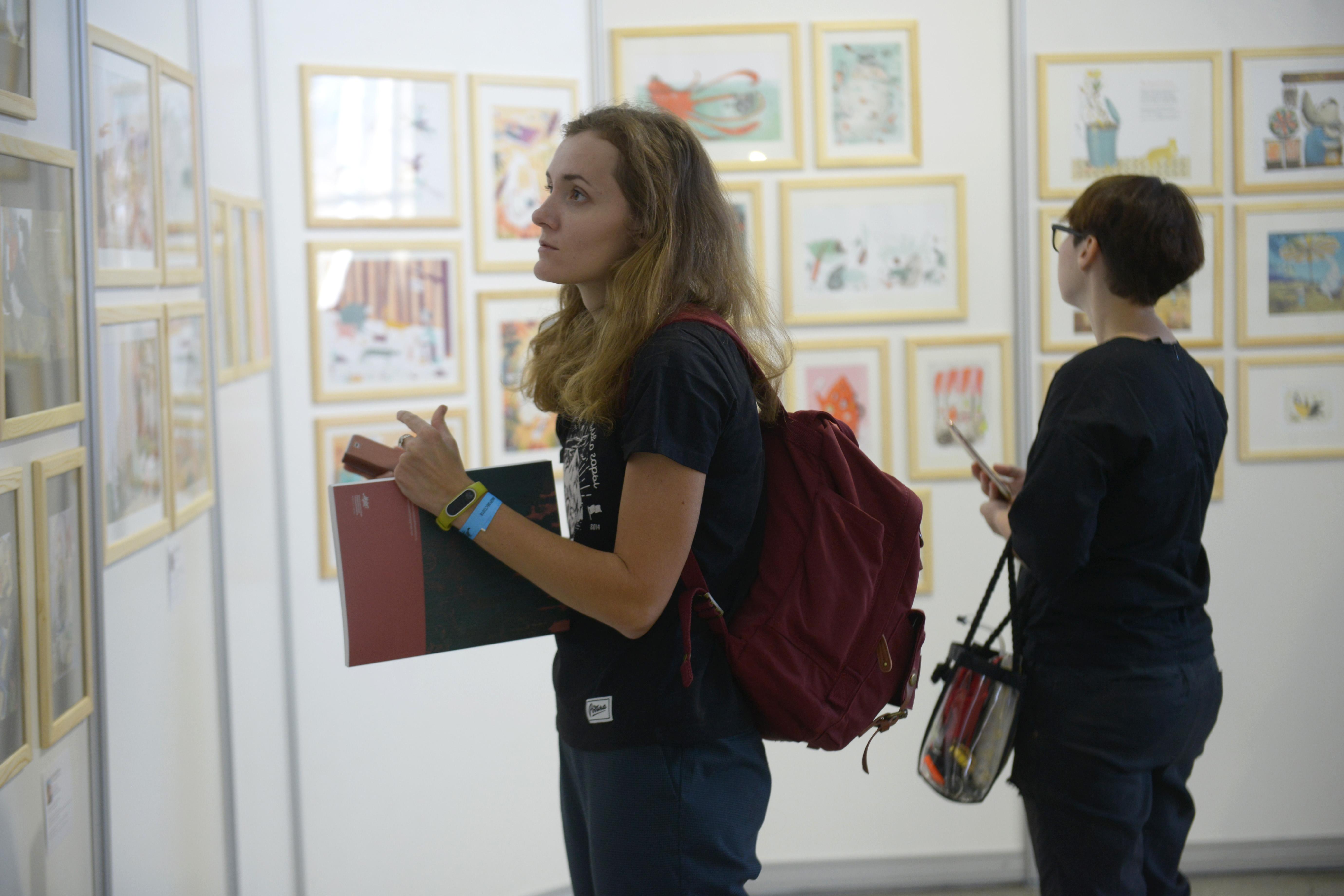 Выставку «Маленькие картинки больших художников» открыли в Троицком Доме ученых