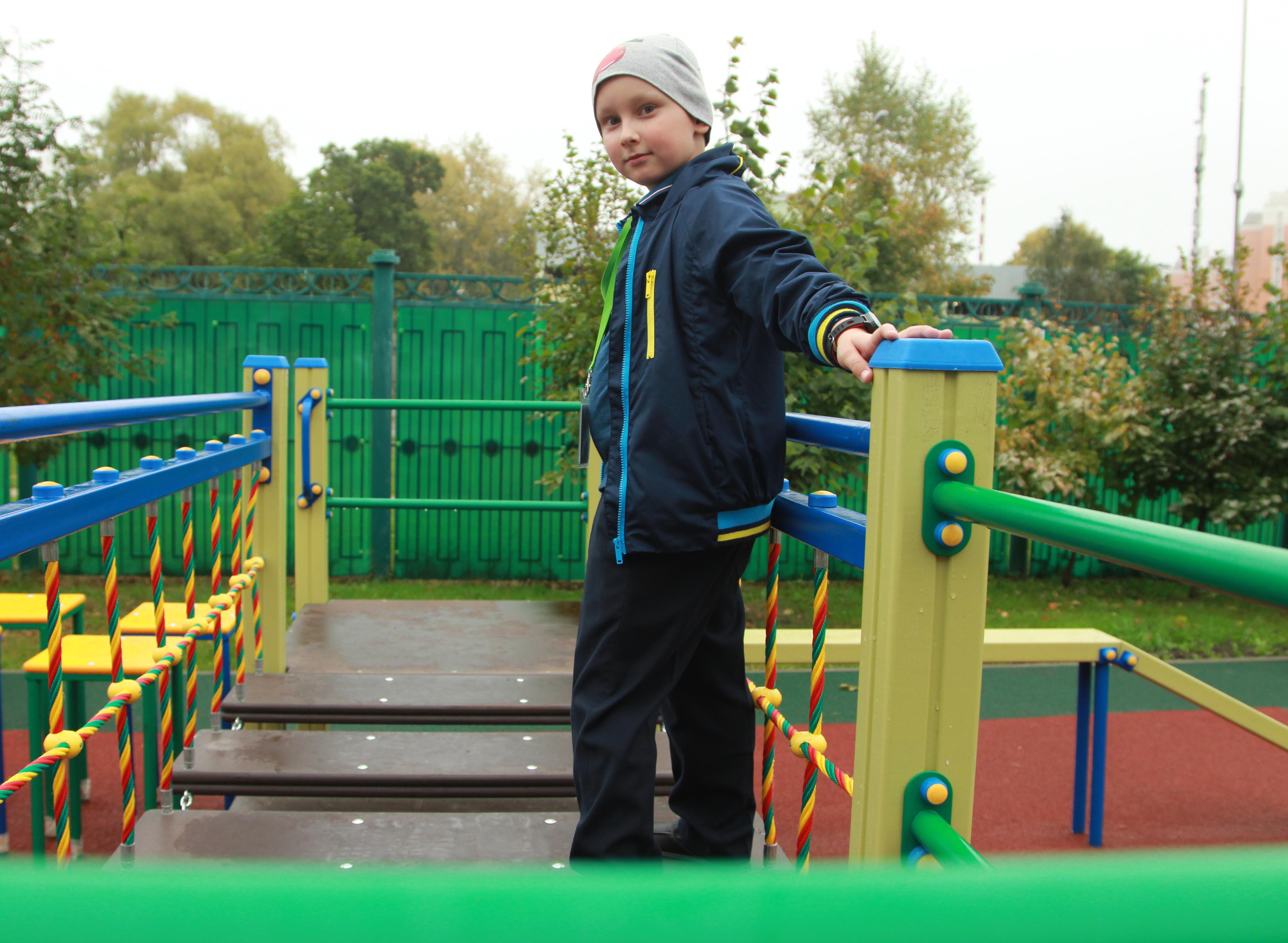 Игровое оборудование и парковые диваны разместили на детской площадке в Кленовском