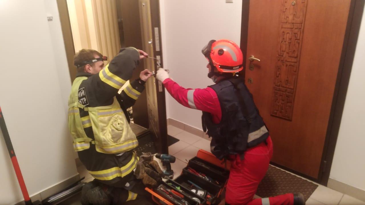Спасатели Московского авиационного центра помогли запертому в квартире ребенку