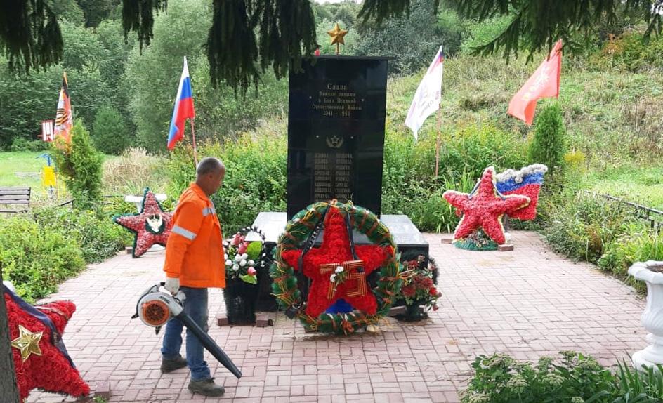 Памятники героям Великой Отечественной войны очистили в Рязановском