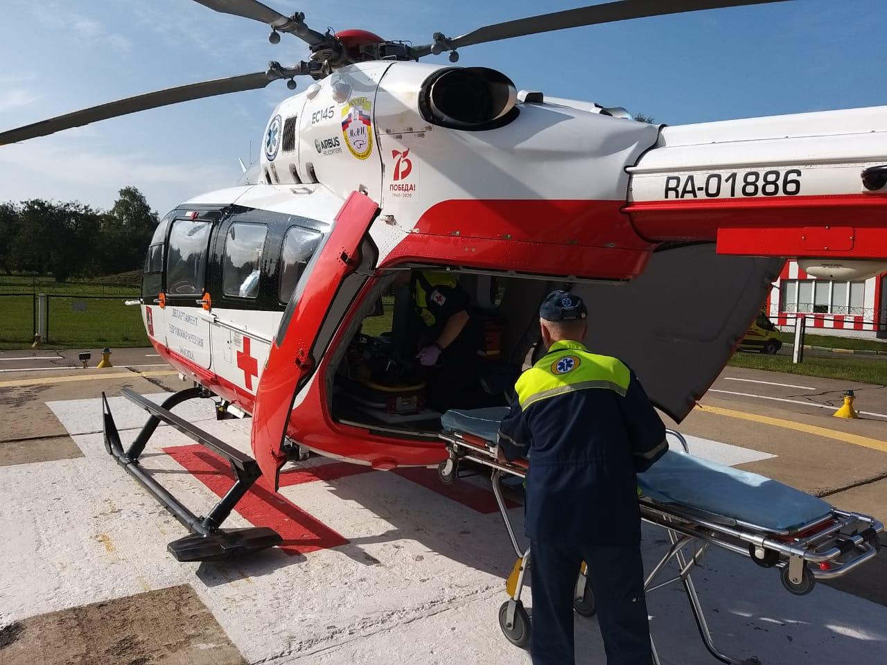 Экипаж дежурного санитарного вертолета Московского авиационного центра вылетел по вызову в ТиНАО