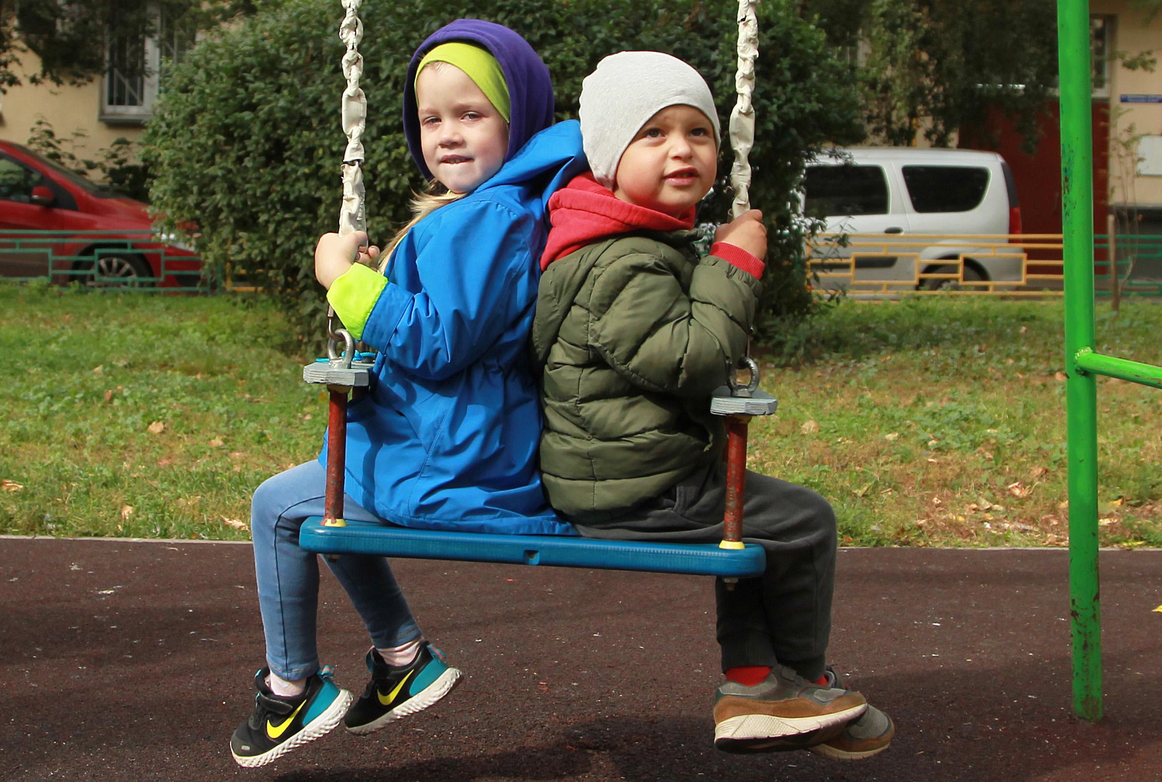 Крылатые качели: новое игровое оборудование установят на детской площадке в Троицке