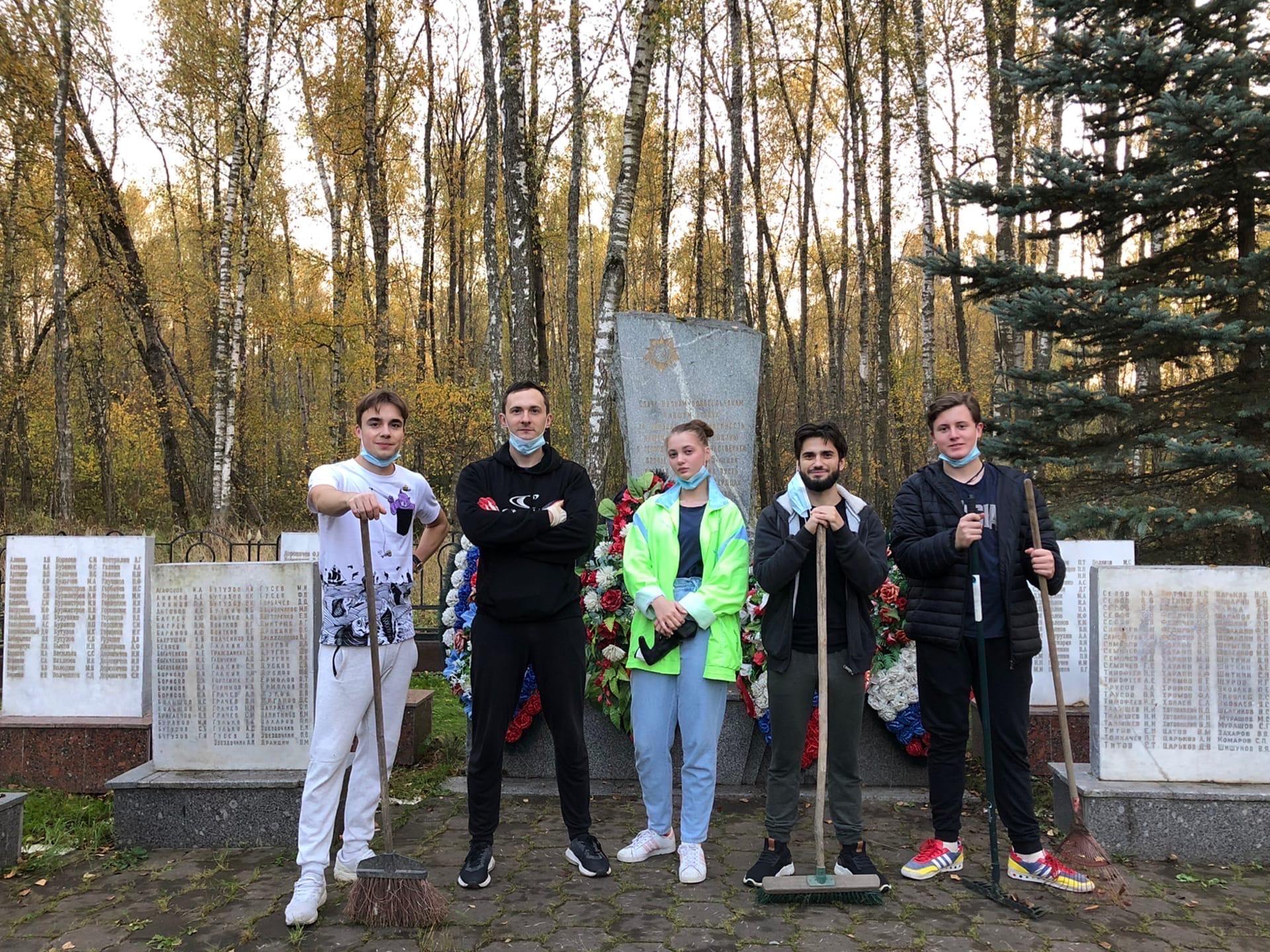 Активисты из Вороновского провели уборку на территории мемориалов
