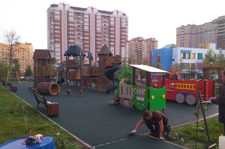 Все для детей: безопасное покрытие уложили на игровой площадке в Сосенском