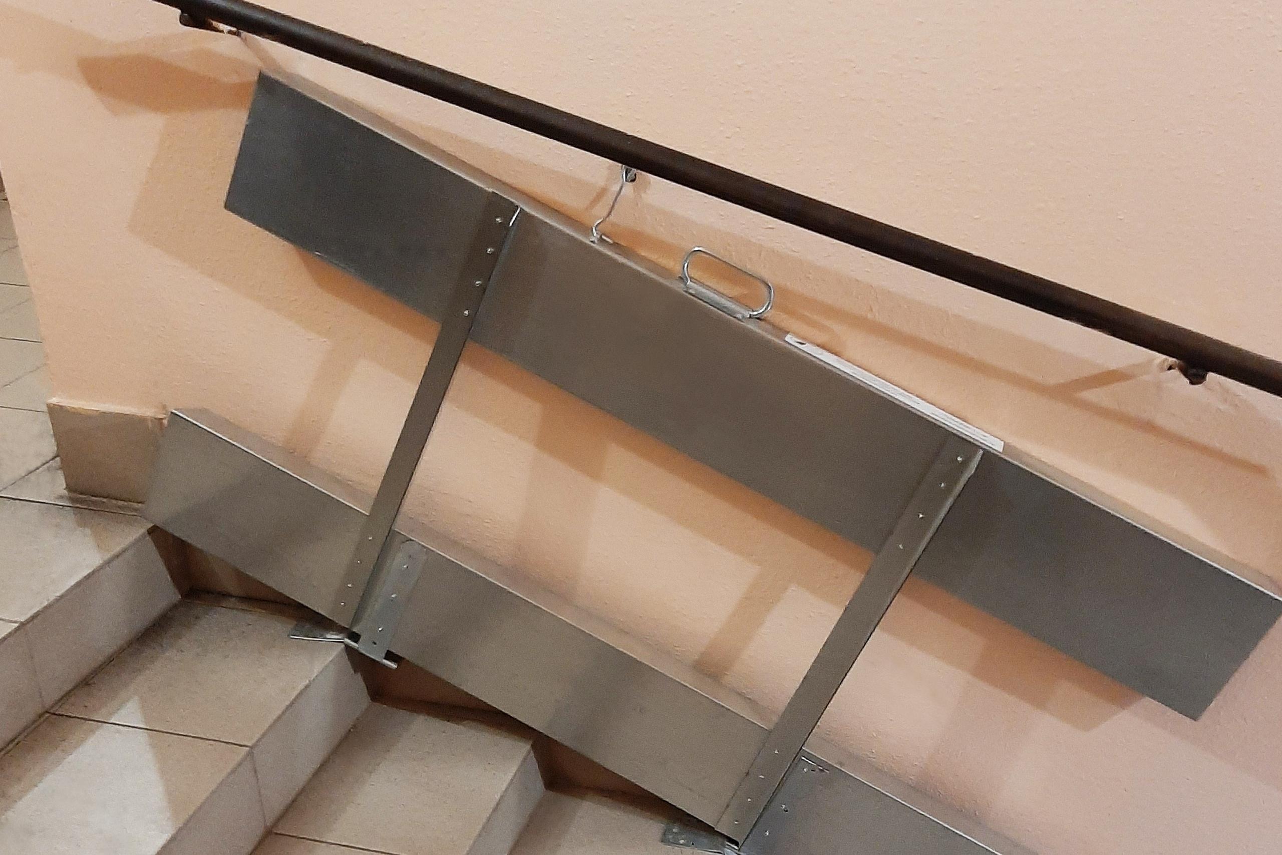 Конструкцию для маломобильных граждан установили в жилом доме в Рязановском