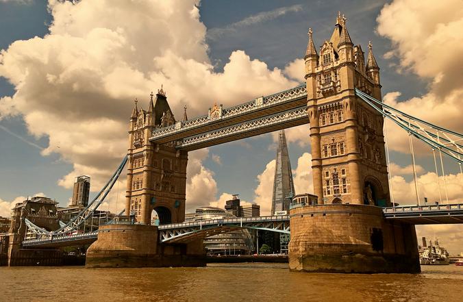 В Лондоне из-за COVID-19 с субботы вводится полный запрет на походы в гости