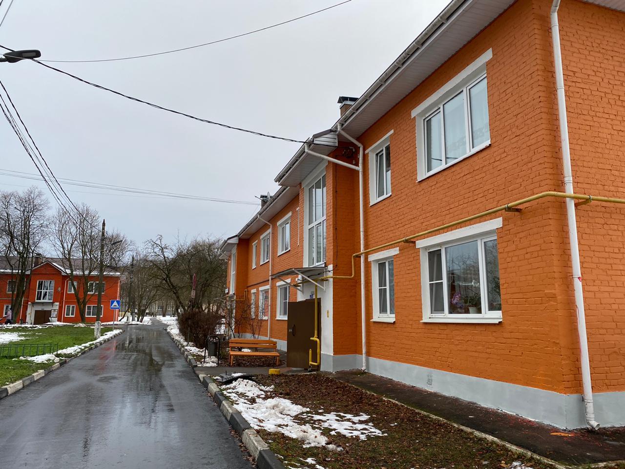 После окончания работ с фасадом запланировали отремонтировать ливневую канализацию на придомовой территории. Фото предоставили сотрудники местной администрации