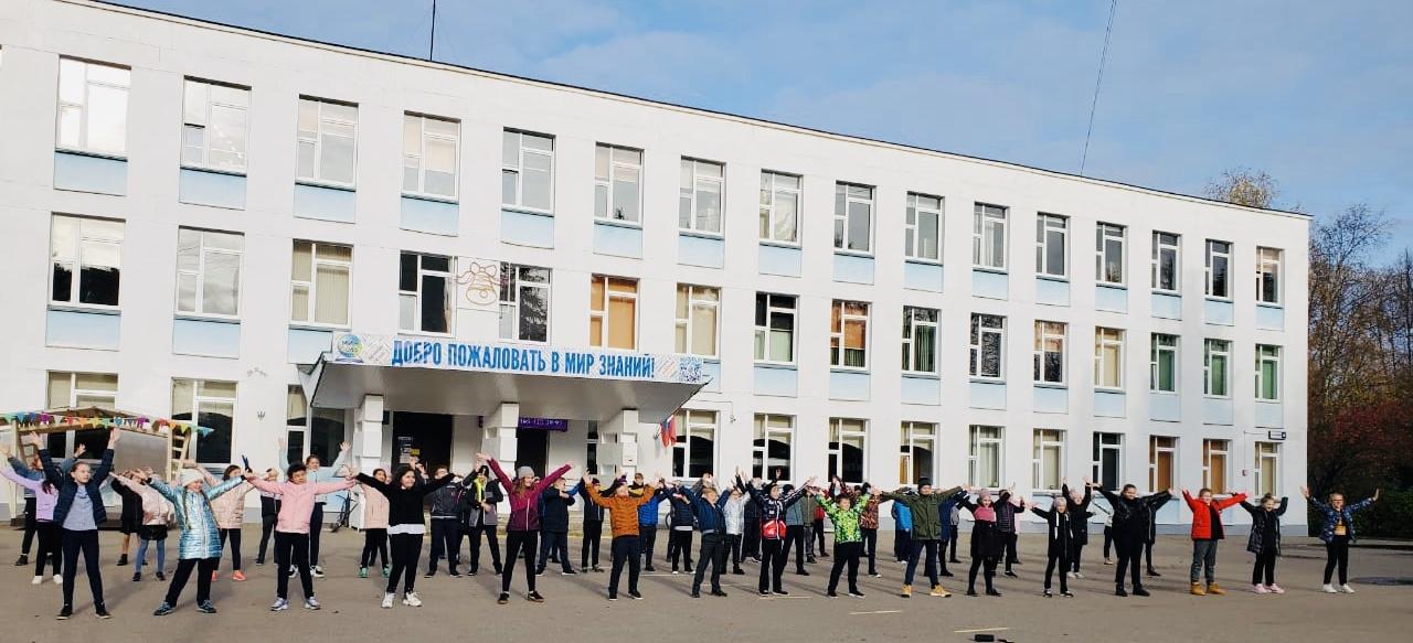 Уличные танцы: пятиклассники из Московского провели танцевальный флешмоб