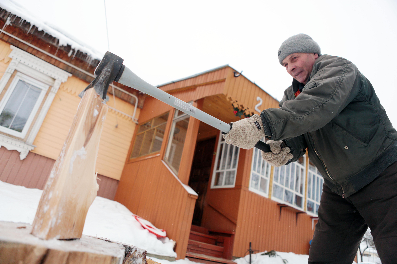 Власти Москвы доставили дачникам 20 тысяч партий дров