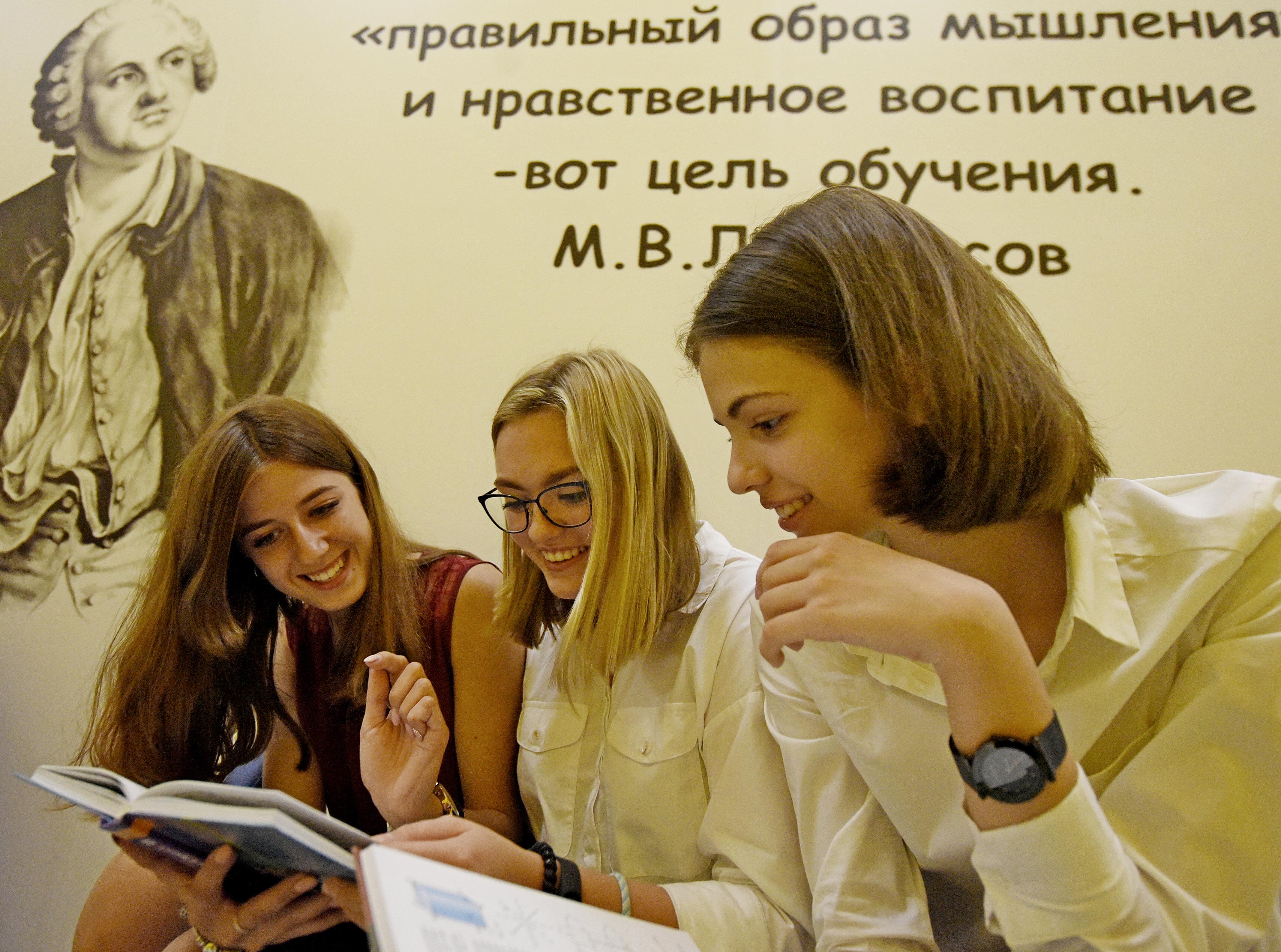 Флешмобы в честь полувекового юбилея школы №2065 организовали в Московском