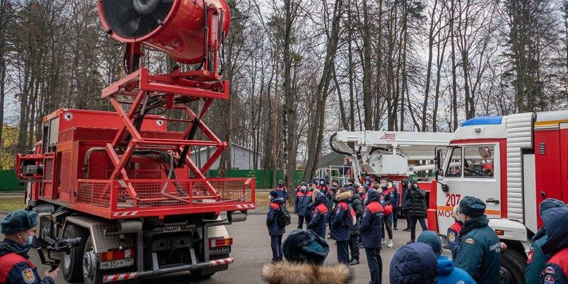 В Пожарно-спасательном центре Москвы прошли занятия по изучению техники для будущих огнеборцев