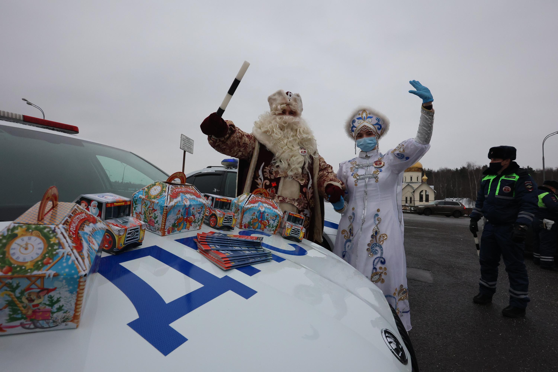 Дед Мороз из полиции поздравил водителей столицы в Московском
