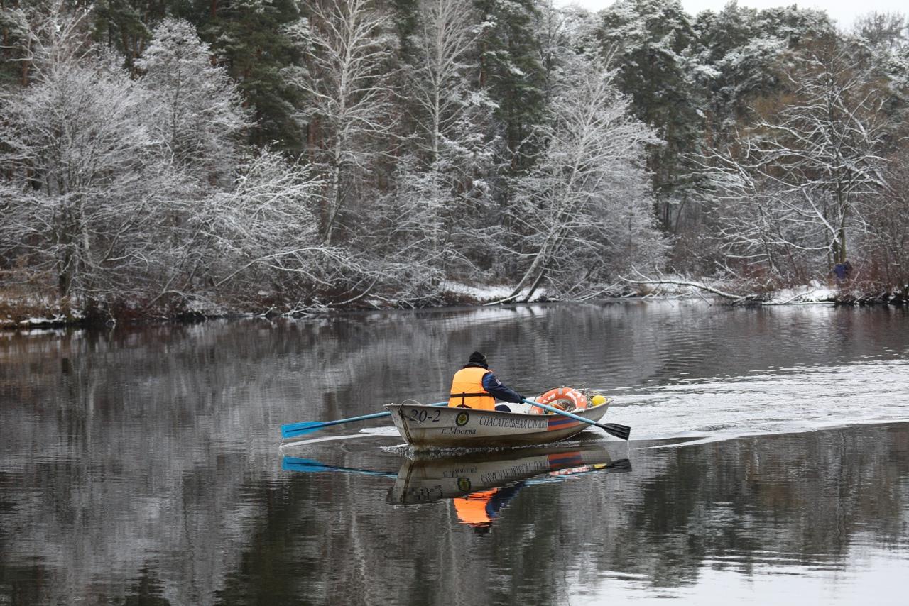 Спасатели Москвы предупреждают об опасности выхода на тонкий лед