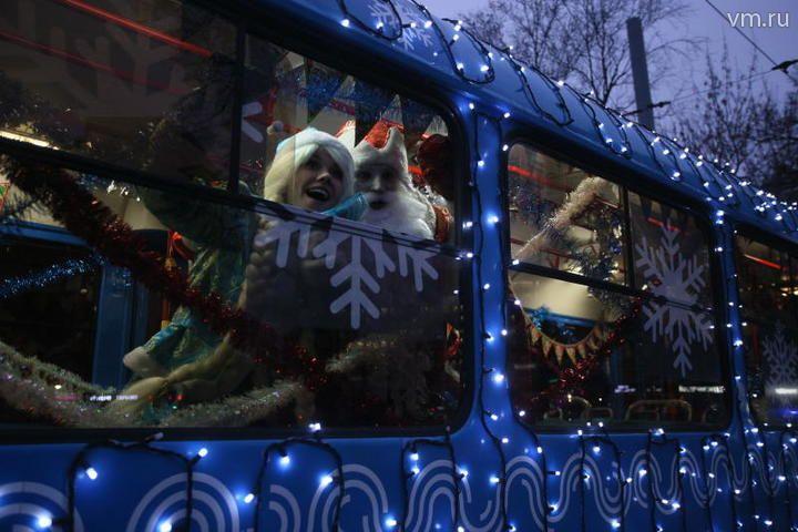 Московский транспорт украсили в преддверии зимних праздников
