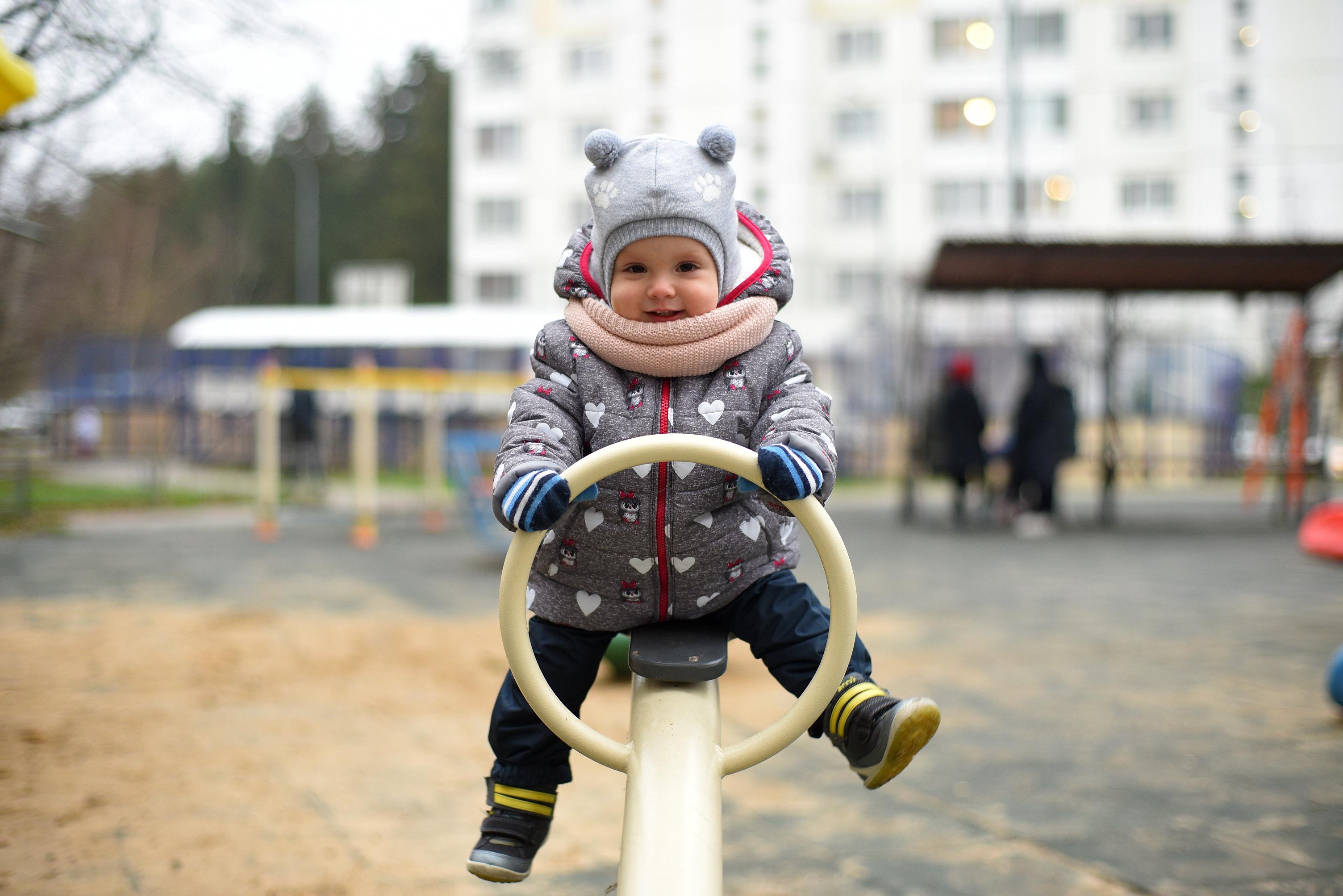Новая горка и качели появились на детской площадке в Роговском