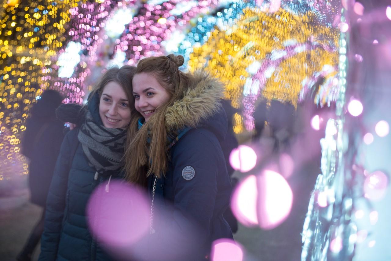 В Москве начали разбирать новогодние конструкции