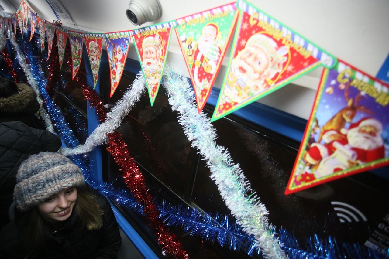 Гирлянды на общественном транспорте будут радовать москвичей до марта
