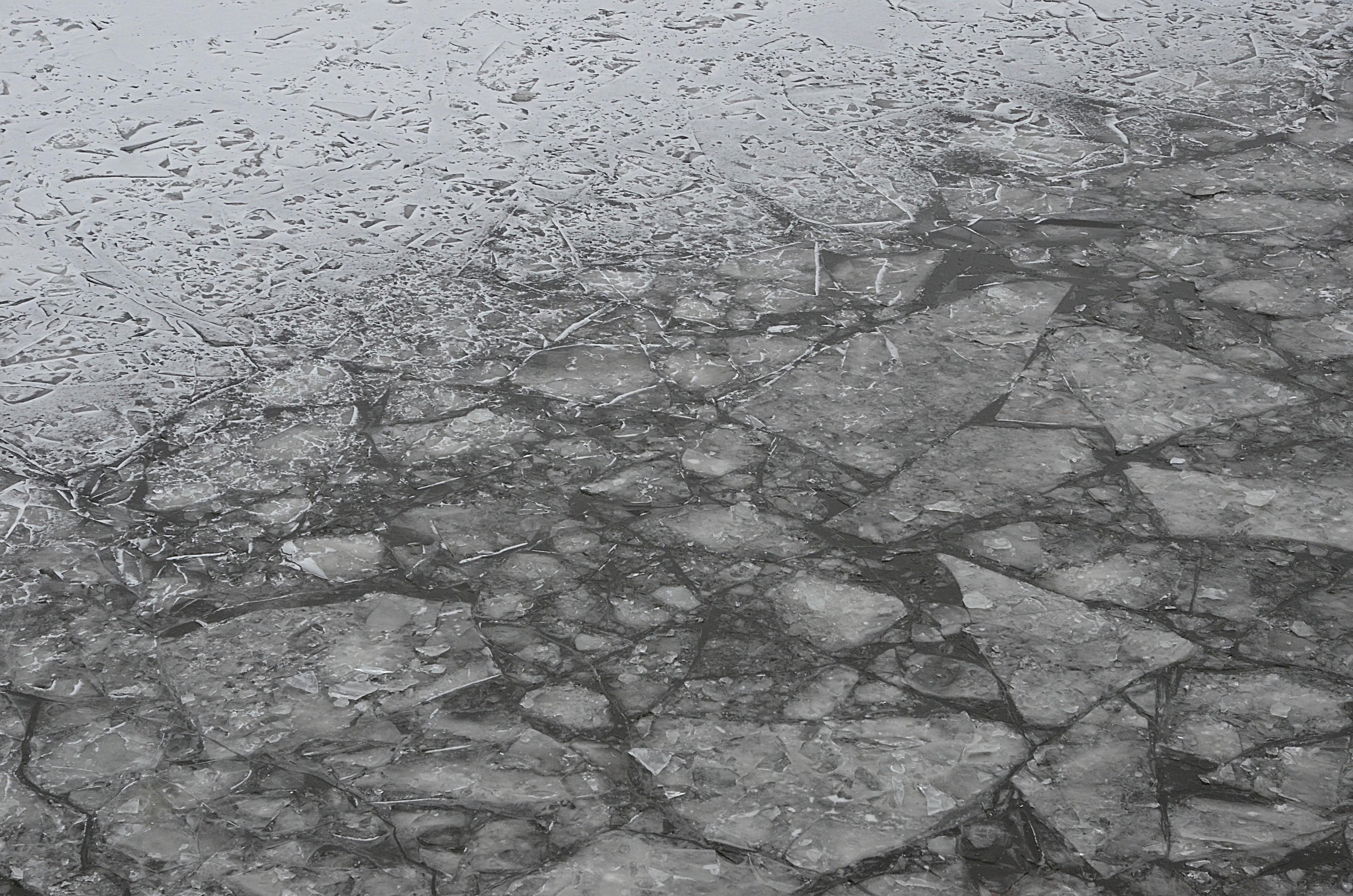 Проверку льда на водоеме провели в Десеновском. Фото: Анна Быкова