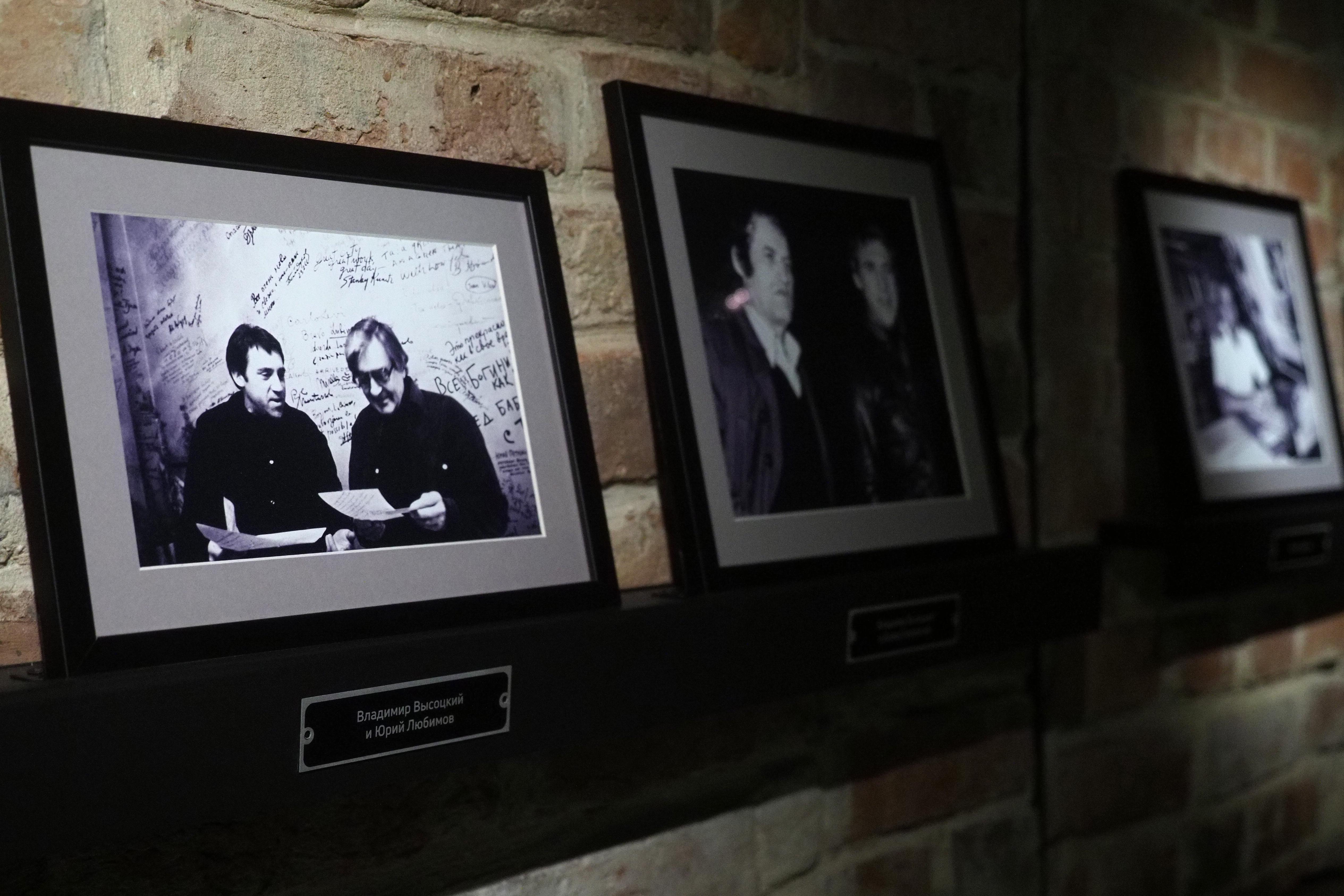 Книжную выставку о жизни и творчестве Владимира Высоцкого организовали в Первомайском