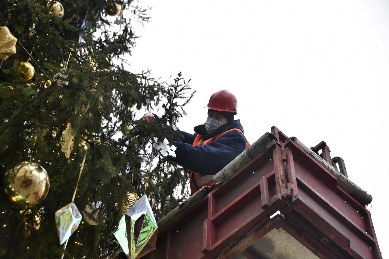 Специалисты приступили к демонтажу новогодних украшений в поселении Вороновское. Фото: Пелагия Замятина, «Вечерняя Москва»