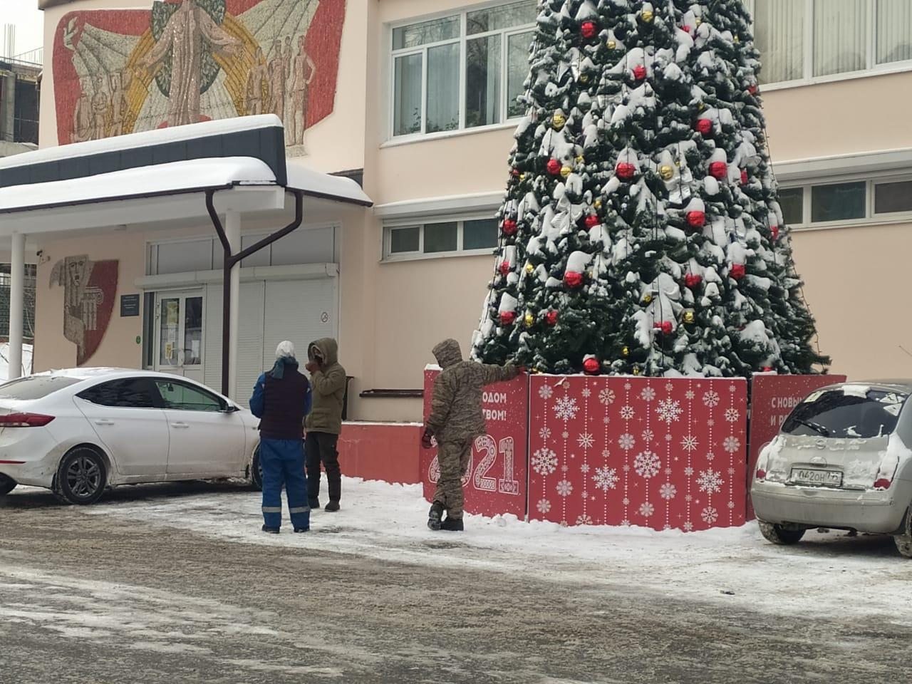 Специалисты демонтировали новогодние ели в Воскресенском. Фото предоставили сотрудники администрации